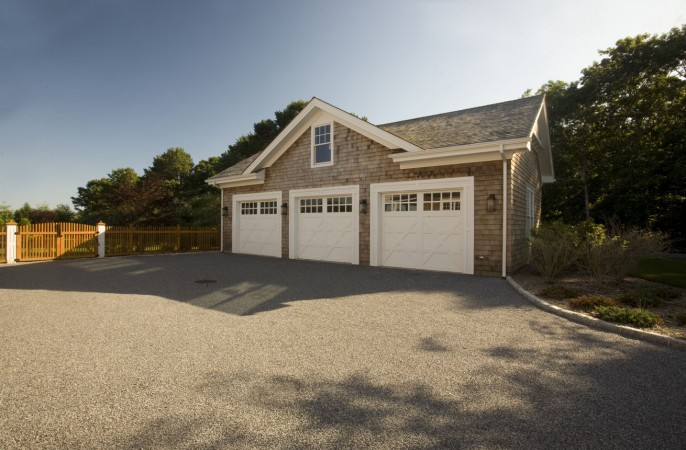 <span>separate 3 car garage</span>