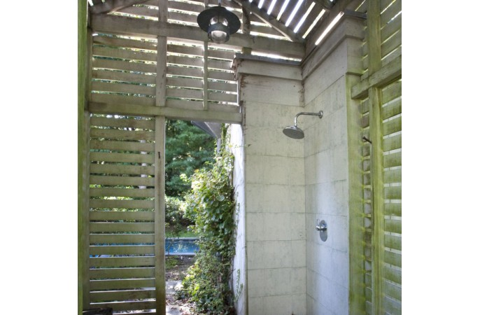 <span>outdoor shower</span>