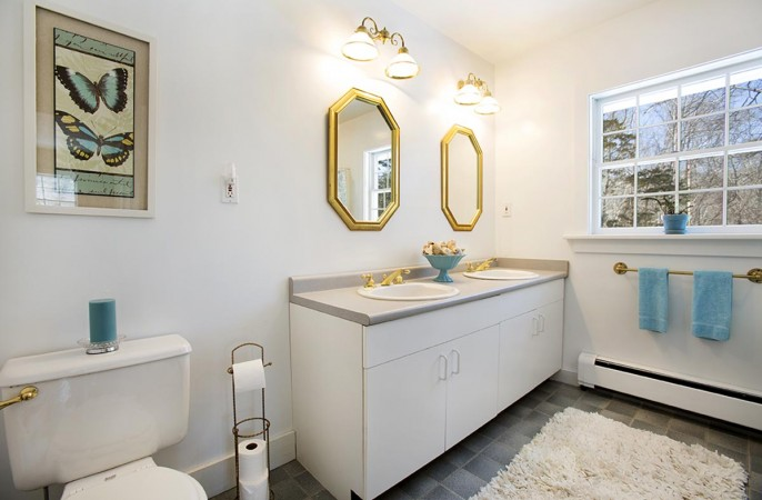 <span>master bathroom </span>