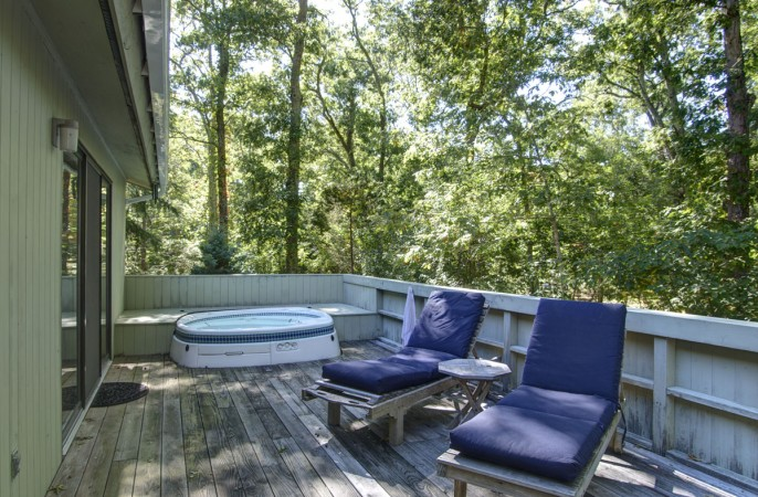 <span>deck and hot tub</span>