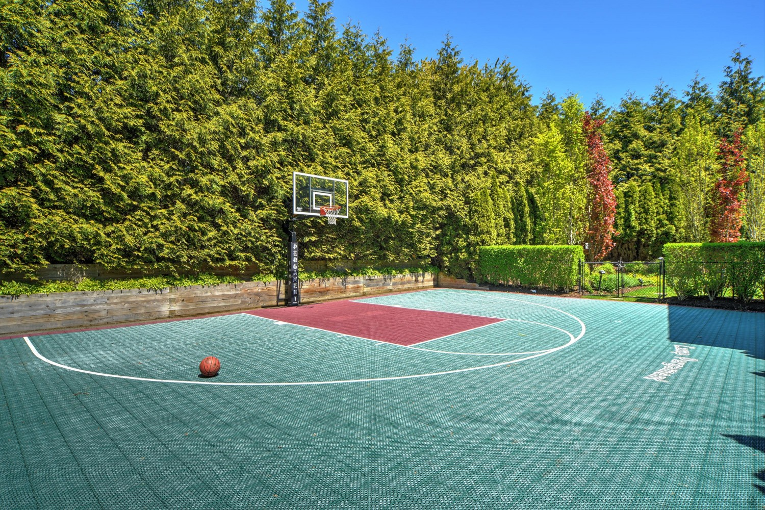 <span>basketball court</span>